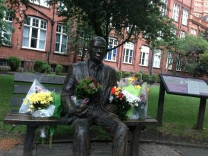800px-Flowers_on_Alan_Turing's_Memorial,_as_an_early_part_of_the_flowers_for_Turing_Project.